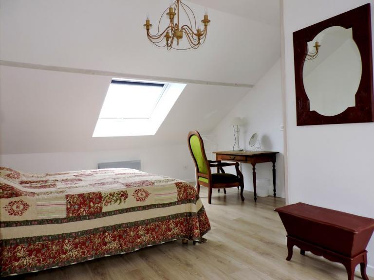 2 fenêtres de toit pour cette chambre claire et spacieuse