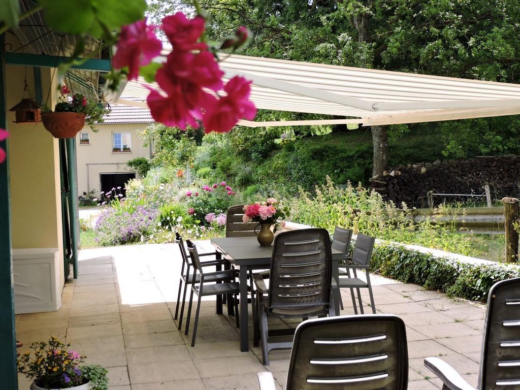 Terrase derrière le maison où nos hôtes peuvent prendre leur petit déjeuner