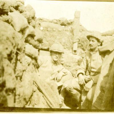 Tranchée en CHAMPAGNE,soldat à gauche.